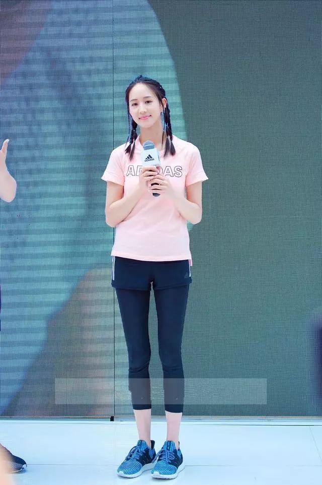 粉色t恤搭配黑色紧身裤和短裤的休闲造型非常适合这个运动型女子图片