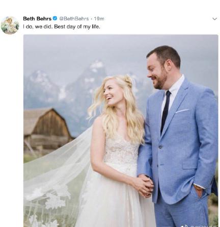 《破产姐妹》卡罗琳结婚!披白纱与丈夫恩爱携手