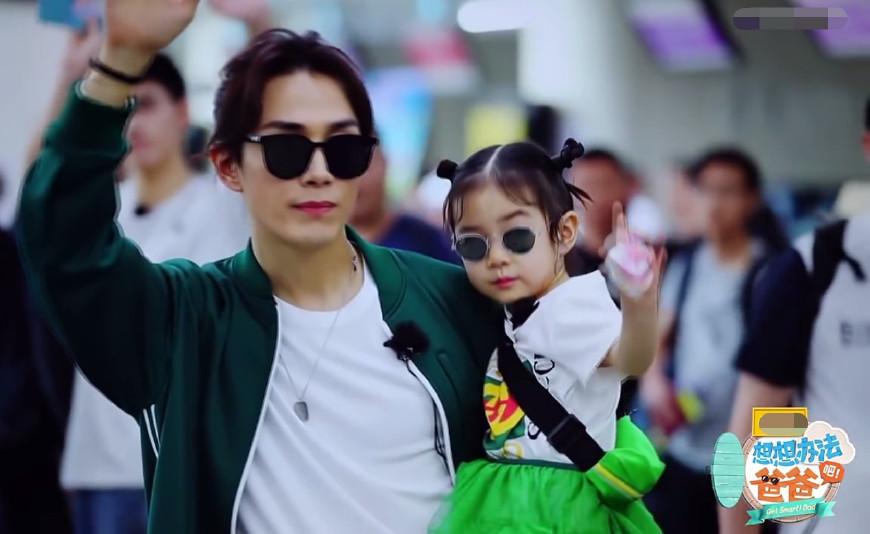 李承铉带女儿乘地铁 小lucky考拉似挂爸爸脖子上好萌