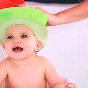 新生婴儿冲凉视频图片