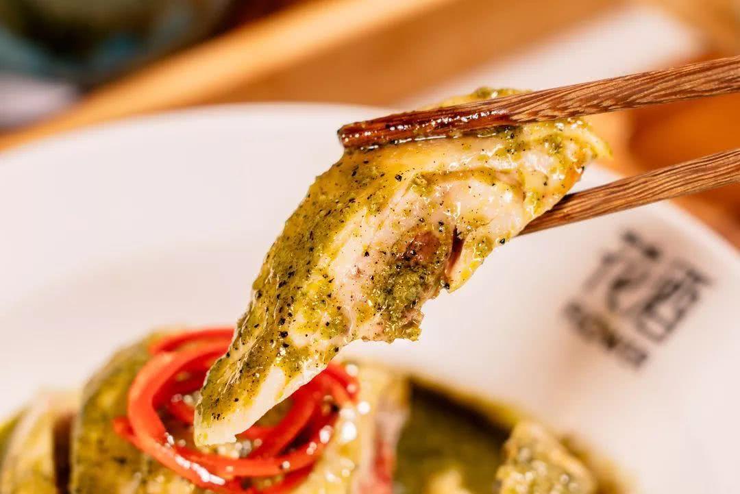 椒麻鸡——实名pick它,鸡肉滑嫩鲜甜,藤椒是厨师手动研磨成汁的,如此