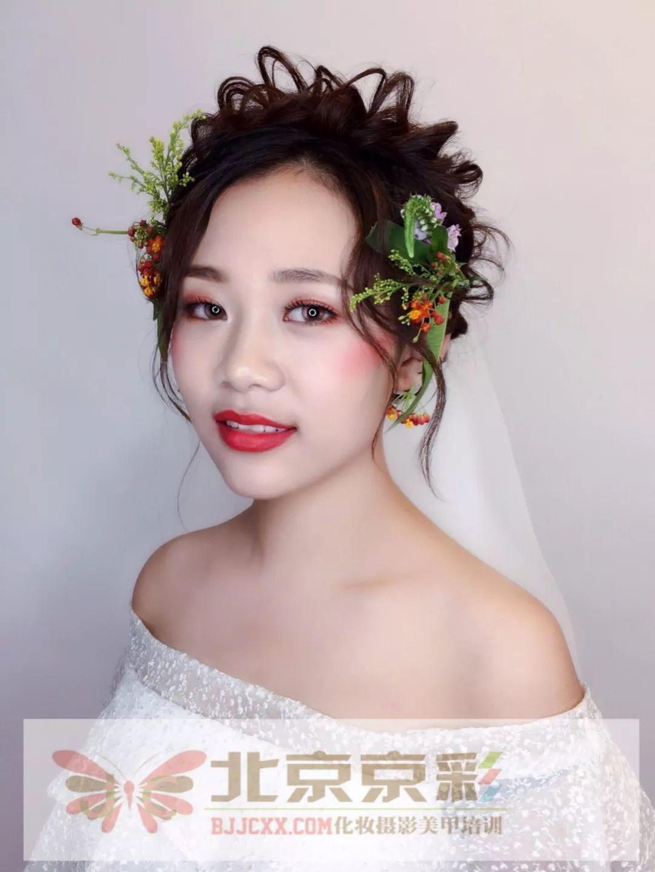 每一个小物件 都倾注了化妆师的灵感于创意, 让新娘造型更加独特和图片
