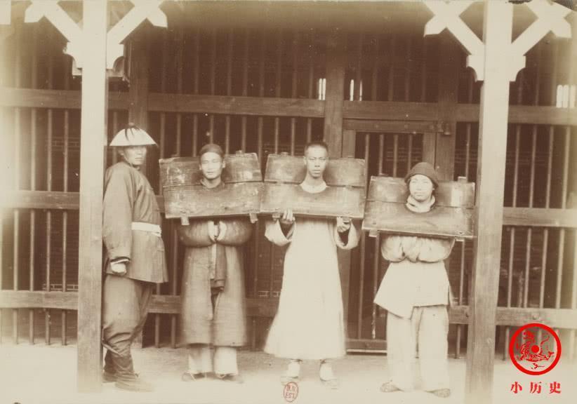 光绪帝亲政那一年老照片: 外国警察揪男子长辫子