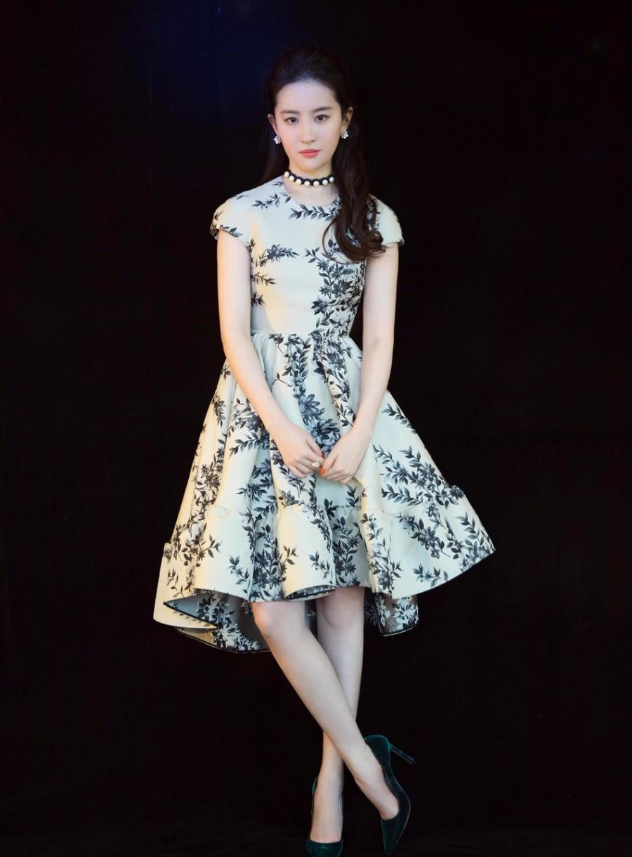 刘亦菲太适合黑纱裙了,优雅大气不愧是天仙攻,是黑天鹅本人图片
