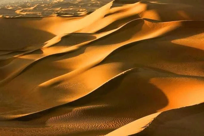 中国最大的沙漠新疆南疆塔克拉玛干沙漠 常随着大风移动