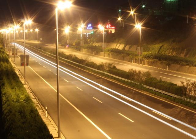 夜晚在高速开车开远光灯还是近光灯?很多老司机都不知道_七星彩