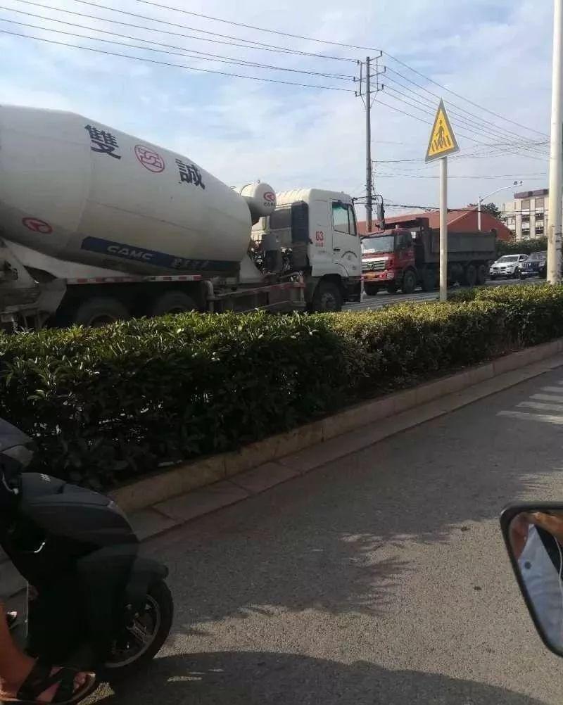 今早马鞍山又出车祸!小轿车被两辆大货车.图片