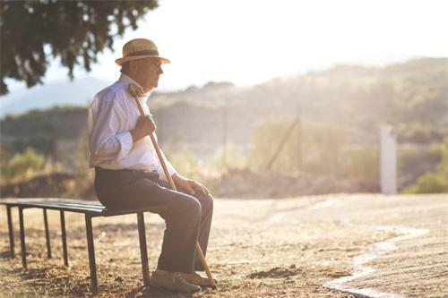 如何帮助老年人克服厌世心理?