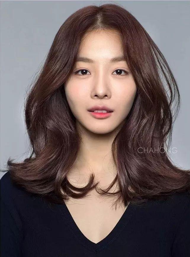 直发和卷发哪个更显老?长发和短发哪个显脸小