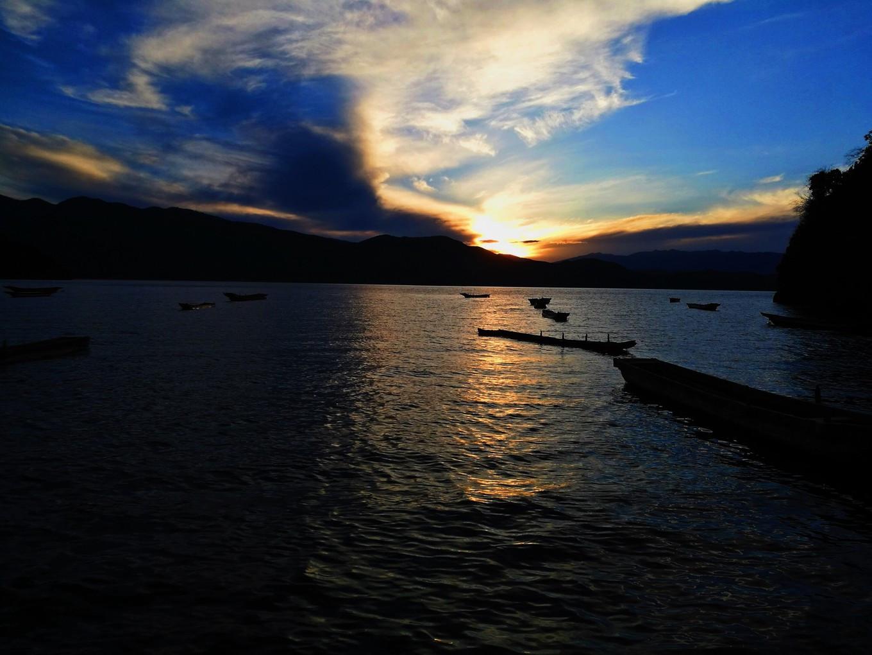 夕阳西下,静坐 泸沽湖 畔,最美好的时光莫过于此