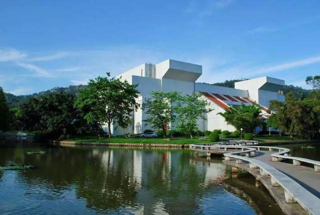 了校园内一道美丽而又特别的风景线,为汕大校园增添了几分艺术气息.