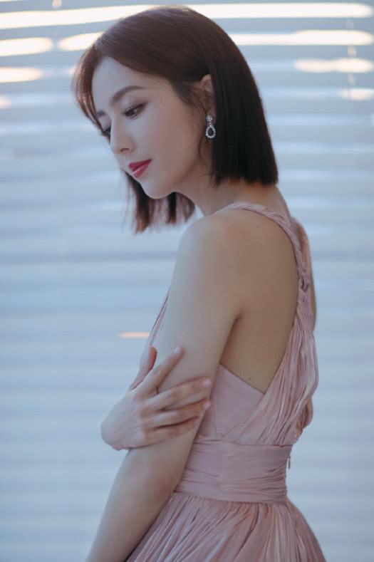 """佟丽娅真是太瘦了!穿""""窗帘布""""修身裙腋下空出一大块让人心疼!"""