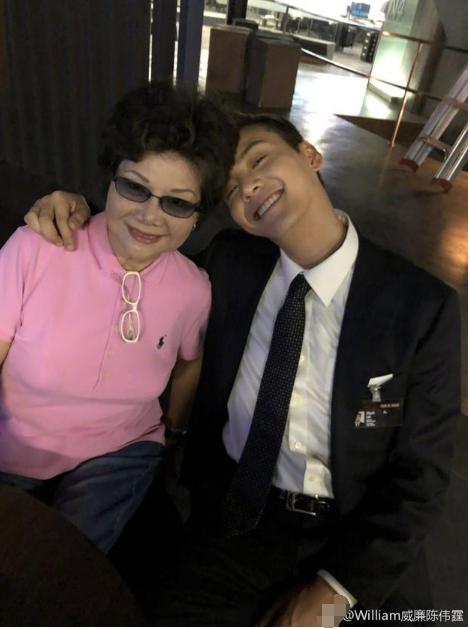 陈伟霆与妈妈晒调皮自拍 满面笑容上演歪头杀