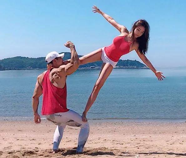不管是海边还是健身房,二人秀恩爱的姿势都是高难度的.