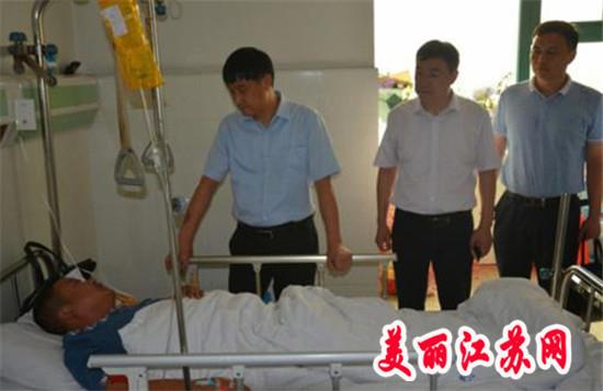 淮安区委常委、政法委书记崔步银慰问因公受伤民警李龙柱