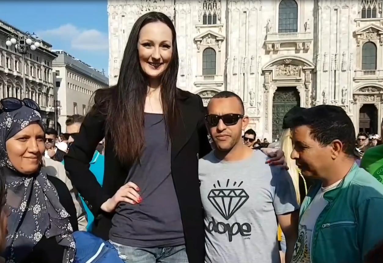 世界上最高的女模特,身高2米多的女巨人,至今还没找到男友!