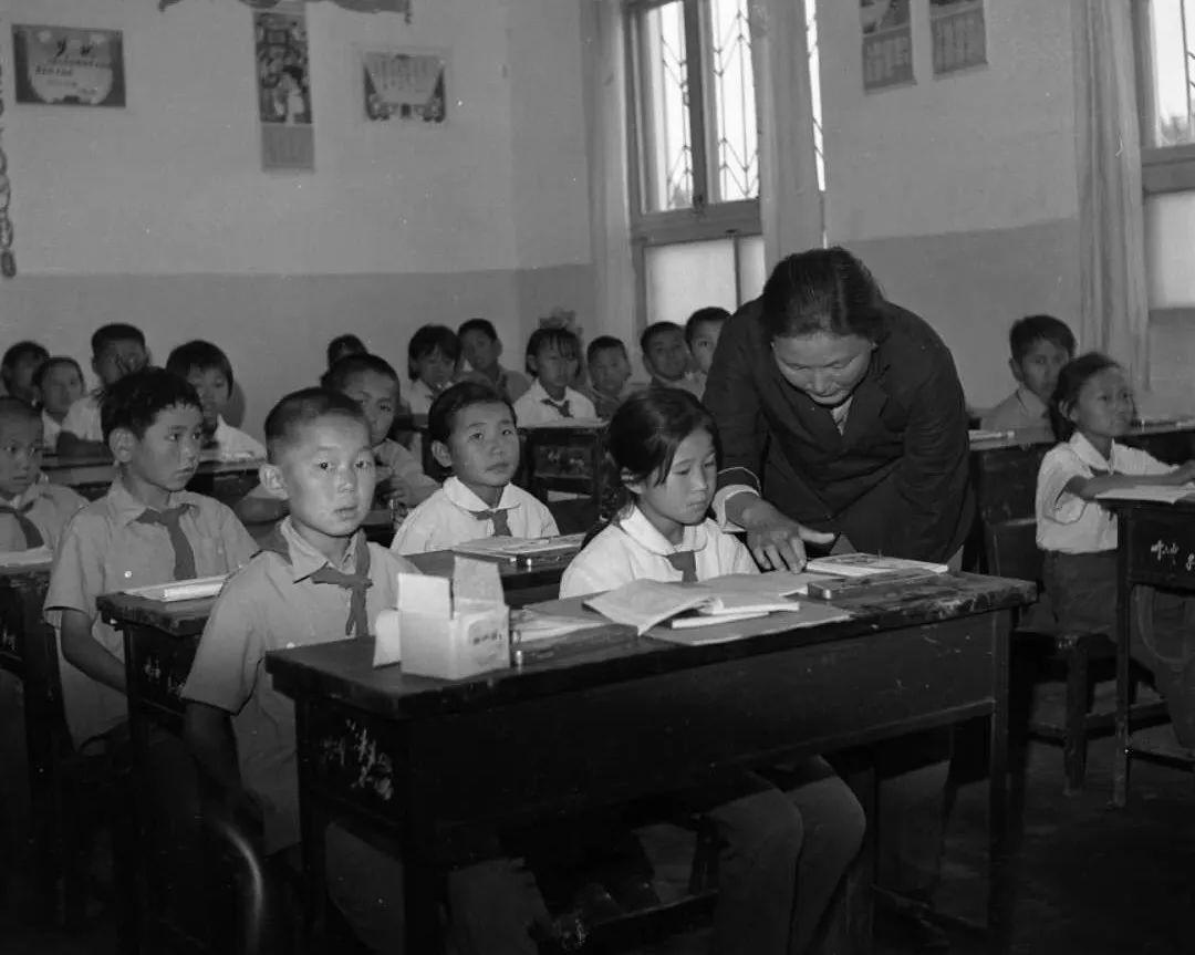 1983年的小学课堂上,老师正在给学生讲解例题图片