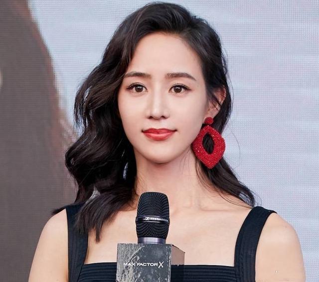 36岁张钧甯终于不再低调,烈焰红唇配性感吊带裙竟如此惊艳!