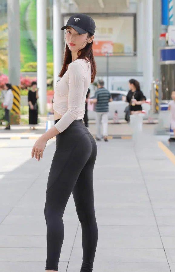 小姐橹_美女街拍:轻熟女性感小姐姐紧身裤穿出前凸后翘完美身材