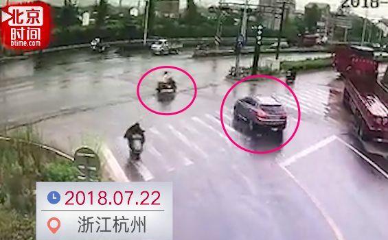 女子骑电动车闯红灯被撞,反怼司机:你怎么能不让我呢!