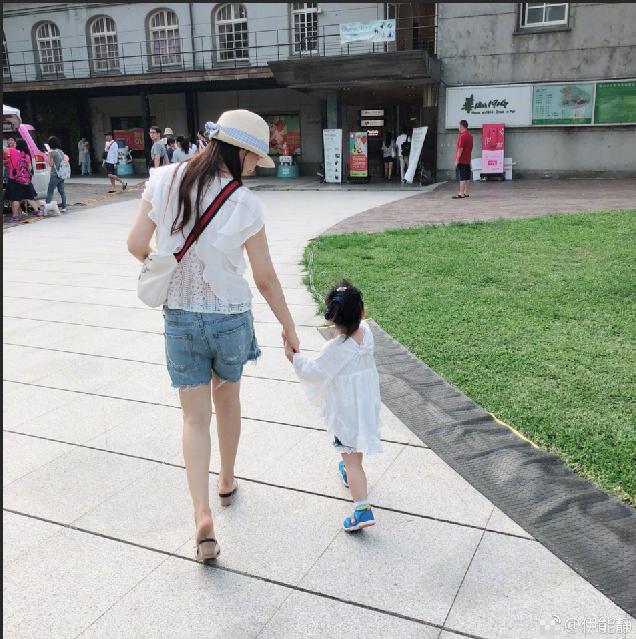 伊能静带女儿出行逛吃  母女大手牵小手温馨有爱