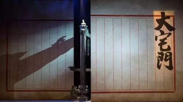 京剧《大宅门》舞美揭秘:一架铁骨,盛就朱门与风尘