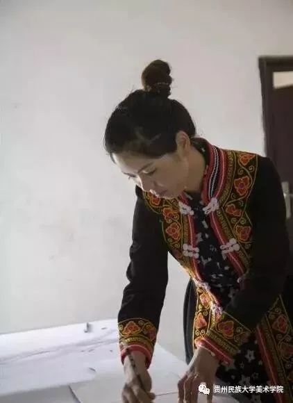 民族平面丨贵州学员服饰少数民族大学技艺鱼池心声手绘设计图图片