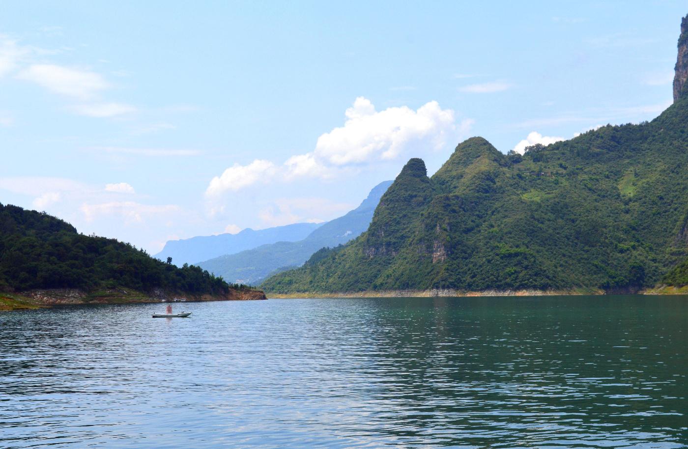 风景,如诗,如画让人陶醉,这里更像是人间仙境,最后的静地,坐船游玩于