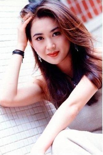 温碧霞的一级黄色片_52岁温碧霞简直翻版刘晓庆,穿黄纱裙像少女,给老公自拍却成这样