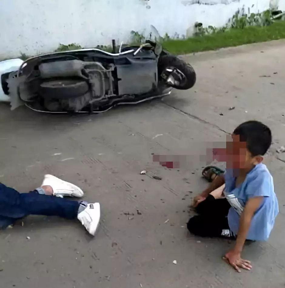 车祸死亡_萍乡一男子车祸当场死亡,小孩摔地上表情很无助.