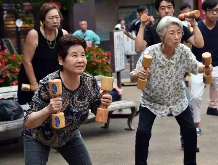 厉害!66岁上海大伯,每天坐车往返嘉兴上班!原因亮了