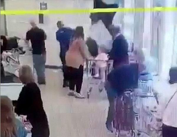 英小偷从超市天花板空隙逃跑失败 摔落被擒