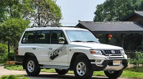 八一建军节向战士致敬,看看部队用的国产SUV和皮卡是什么样子的。