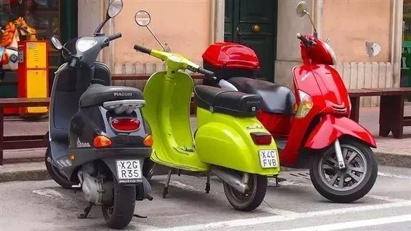 ◢ 不可混用电动车充电器,不同型号的电动车需要配置不同电动车 专用