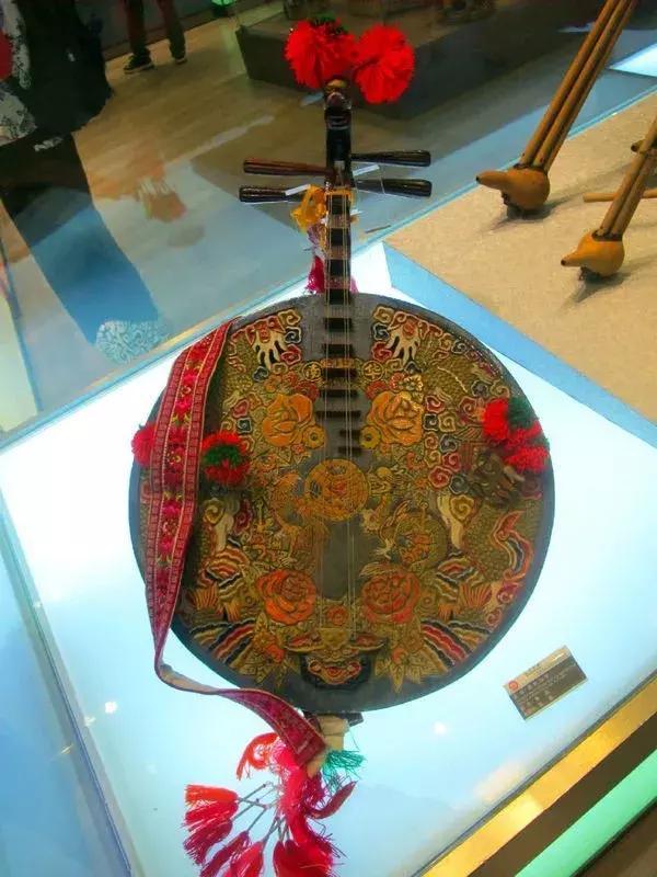 月琴琴箱一般呈圆形,也有的呈六角形和梨形,琴箱面板装饰较为华丽.