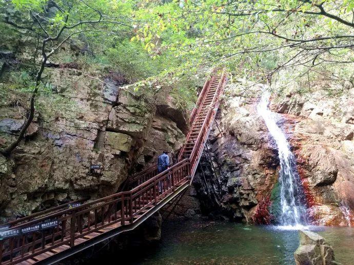 天子山景区 岩石乱布, 溪水潺潺, 漫山遍野的山楂树, 梨树,板栗树和