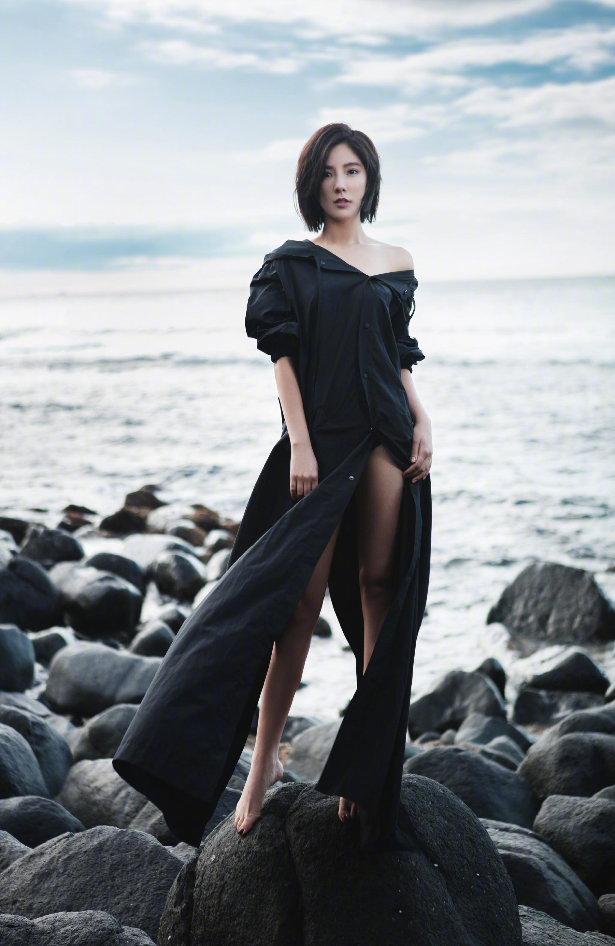 赵奕欢穿前后开叉的长裙,也敢在海边吹风,网友:不走光算你厉害