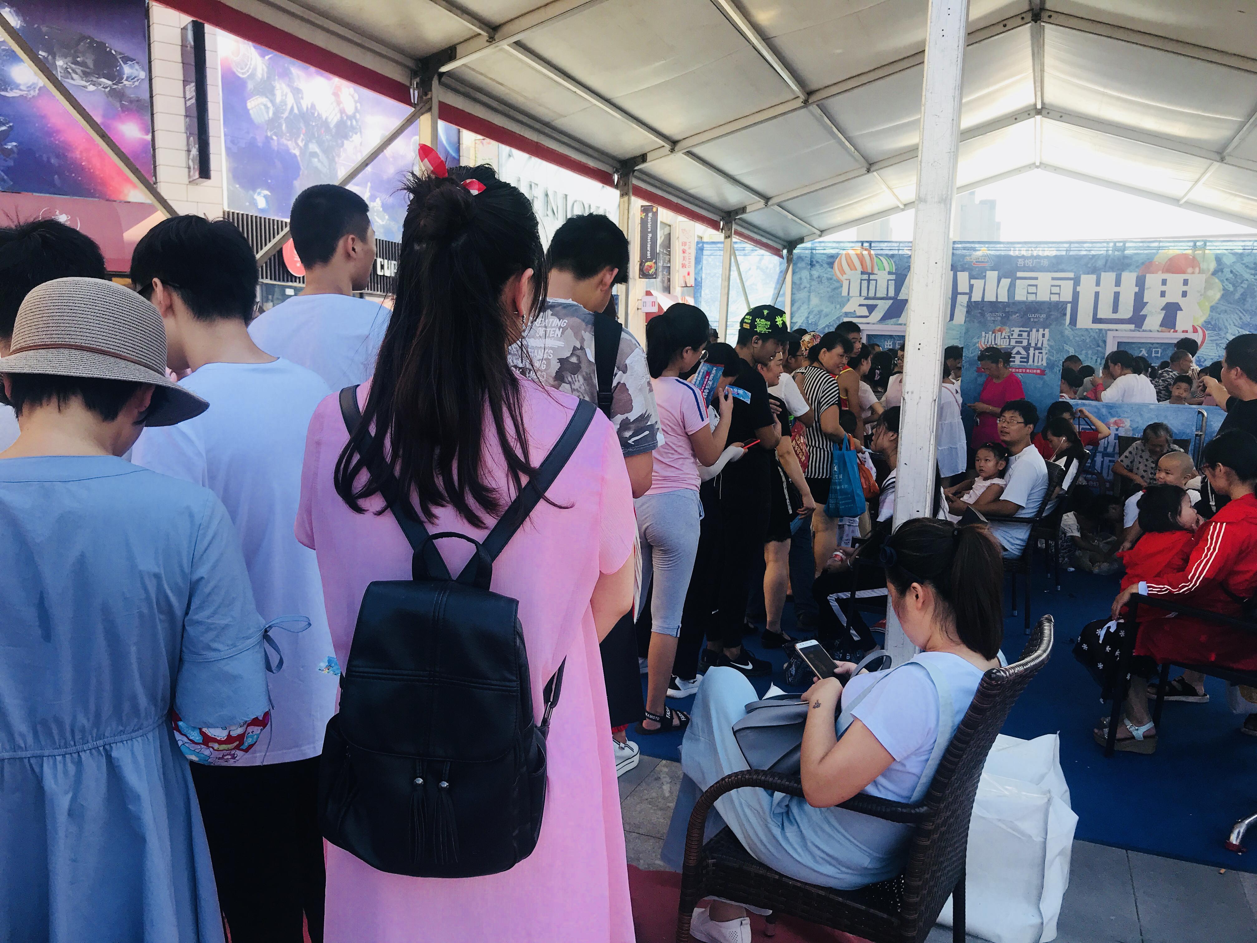 吾悦冰雪节现场入场队伍排成长队图片