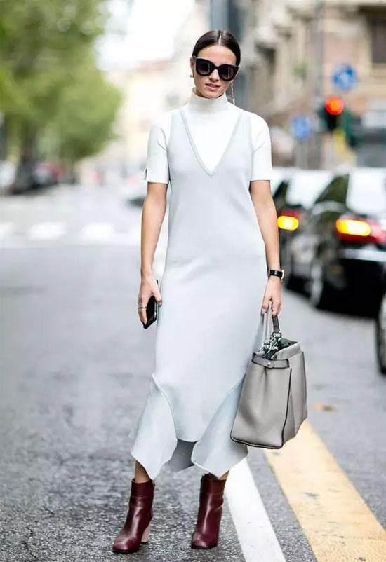 假如是宽松款,小蜜就倡议人人搭配雪纺半裙、丝绒长裙等裙装,和高跟鞋一路搭出慵懒的女人味。固然,半高领也能够或许有些新奇的计划,好比绑带元素、木耳边元素,乃至是撞色元素,都异常值得测验考试。    韩版V领针织衫