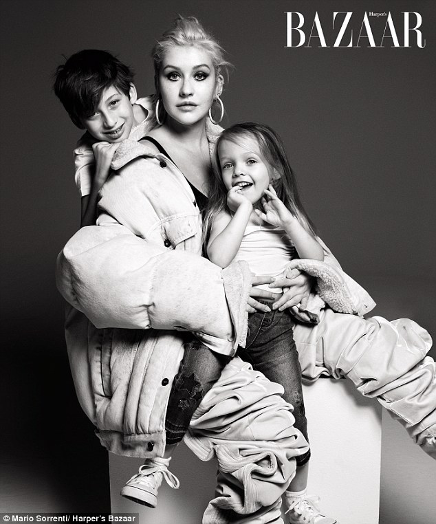 克里斯蒂娜•阿奎莱拉携儿女登《时尚芭莎》杂
