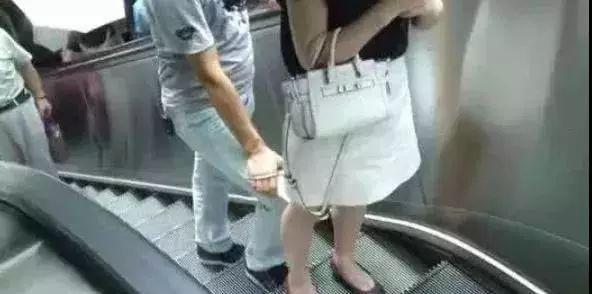 偷拍_鄂州火车站抓获渣男一枚,专门偷拍裙底风光