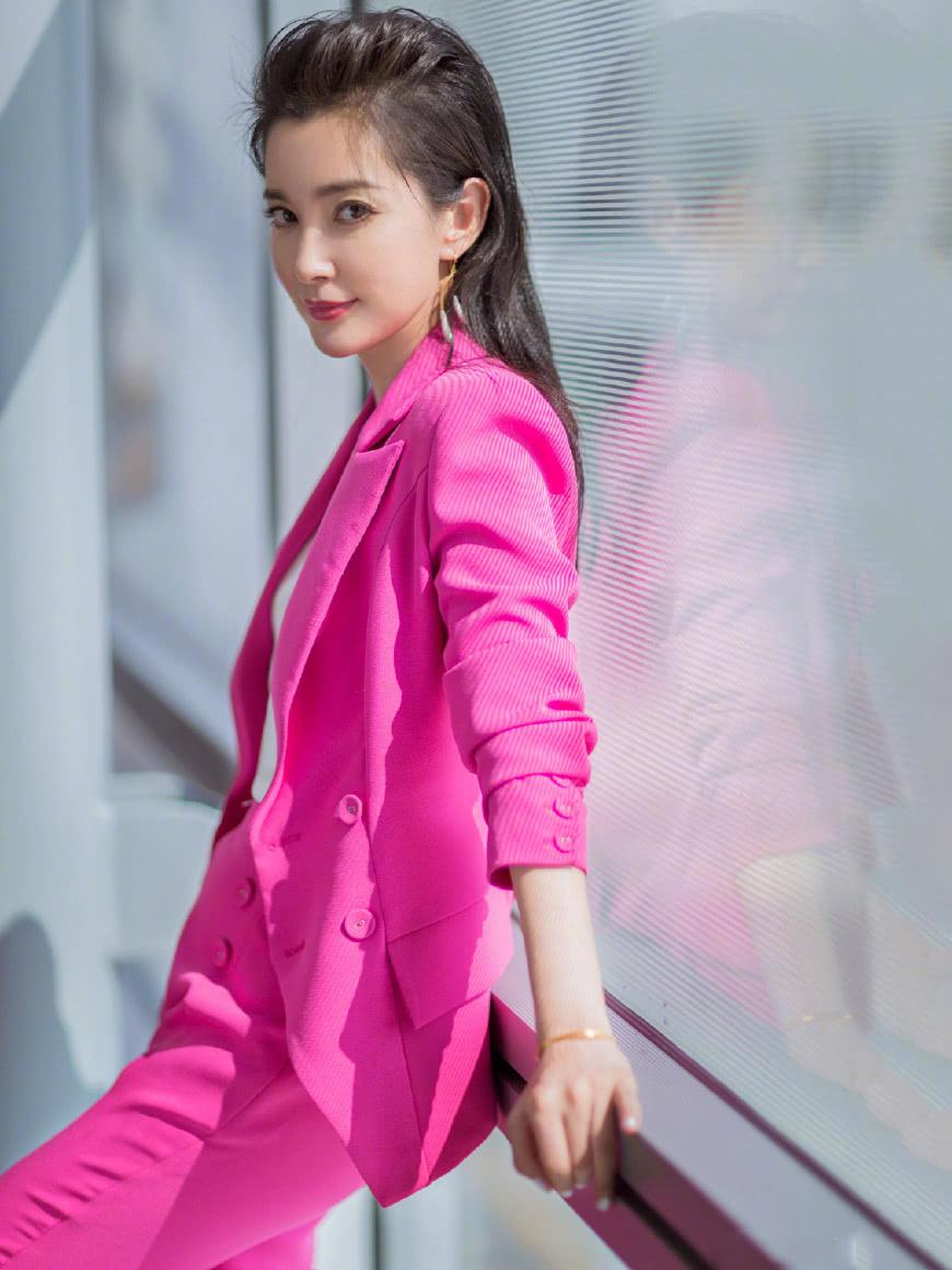 李冰冰穿玫红西装很有范 修身长裤完美凸显她的长腿
