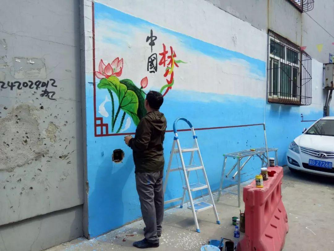 手绘墙画完成后,居民们都表示非常喜欢,既突出了文明公益宣传,又展现