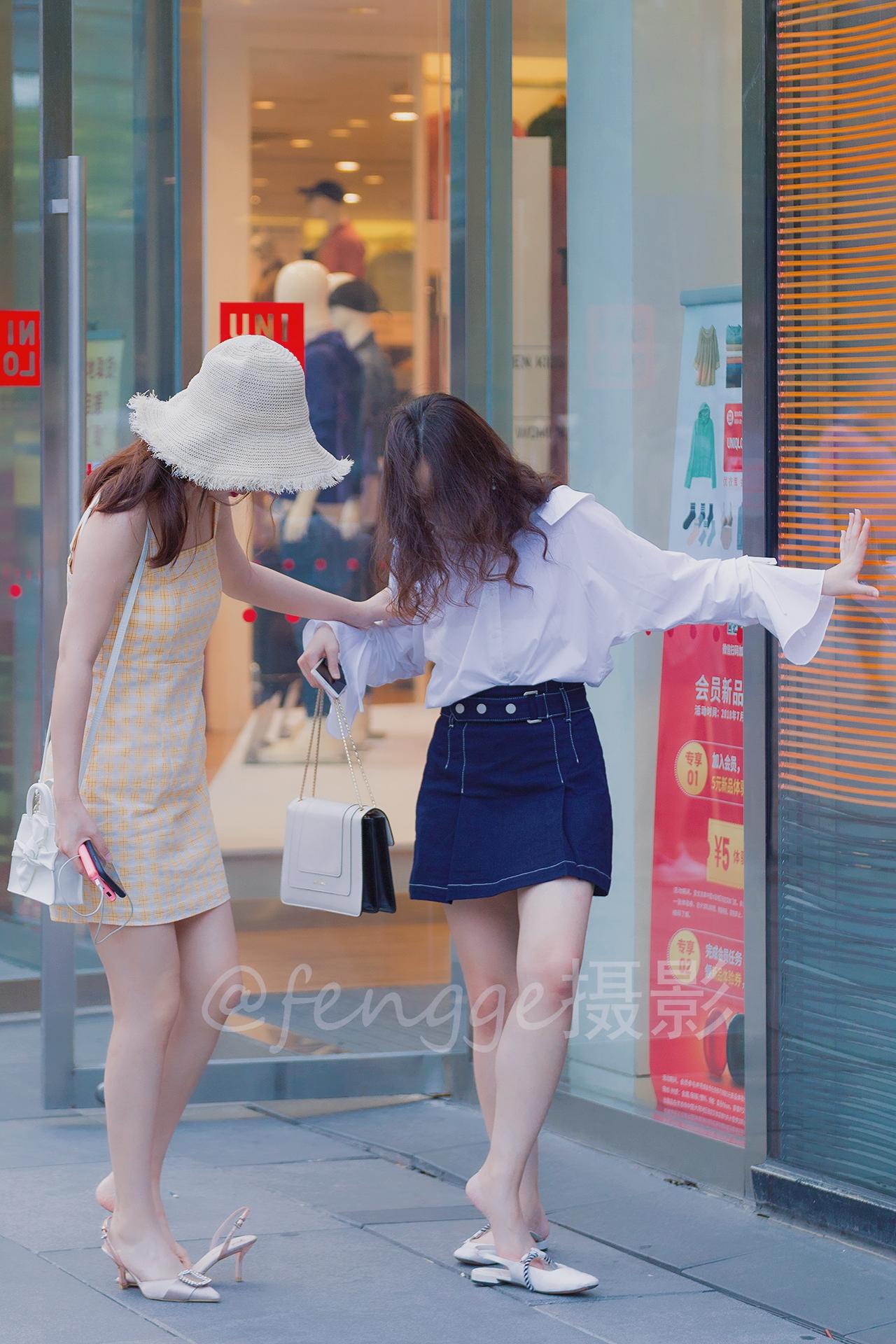 街拍 闺蜜不仅换鞋子穿,还要为对方系鞋带,看着好温馨呢