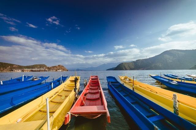 这里停靠着五颜六色的猪槽船,蓝天白云,是个拍照的好地方.