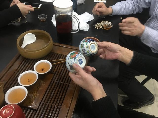 宋庄画家村明成化斗彩鸡缸杯饮茶品鉴图片