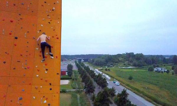 英国一小伙15分钟徒手爬上世界最高攀岩墙