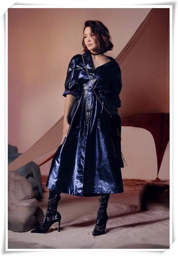 关之琳够狠!55岁穿长裙胸下全是腿,网友:这身段只有25岁吧!