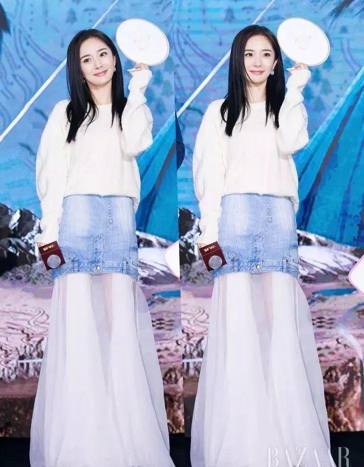 赵丽颖灰色针织衫搭配白色刺绣纱裙给人非常精致高级的感觉.