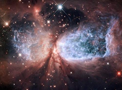 """哈勃望远镜拍到""""星云雪天使""""(图)"""